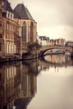 Reflexion von St- Michael` s Brücke im Herrn, Belgien Stockbild