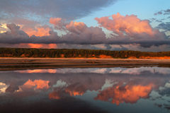 Reflexion von Wolken lizenzfreie stockfotografie