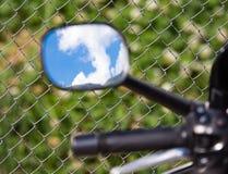 Reflexion von Wolken auf einem blauen Himmel in einem motobike Spiegel Stockfotos