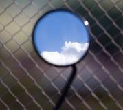 Reflexion von Wolken auf einem blauen Himmel in einem motobike Spiegel Lizenzfreie Stockfotografie
