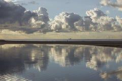 Reflexion von Wolken in der Lagune Stockbild