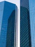 Reflexion von Wolkenkratzern im Finanzbezirk von Frankfurt, Deutschland Lizenzfreies Stockfoto