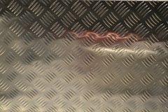 Reflexion von zwei schönen verzierten Geldbeuteln herausgestellt im Modeboutiquenfenster stockfotos