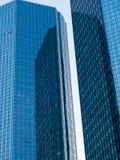 Reflexion in zwei Wolkenkratzern in Frankfurt, Deutschland Stockbild