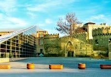 Reflexionen auf alten Stadtmauern Stockfotos