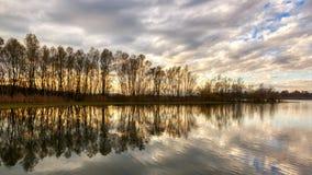 Reflexionen auf dem See bei Sonnenuntergang lizenzfreies stockbild