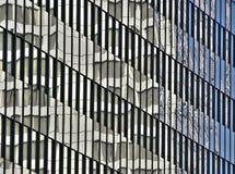 Reflexionen auf Glasgebäude Lizenzfreie Stockfotos