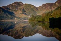 Reflexionen auf Llyn Crafnant IV Stockbild