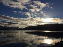 Reflexionen auf Ullapool-Hafen Schottland lizenzfreies stockbild