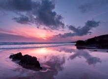 Reflexionen auf Whitsand Schacht, Cornwall, Großbritannien lizenzfreie stockfotos