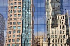Reflexionen auf Wolkenkratzer Stockbild