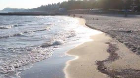 Reflexionen av aftonsolen i vågorna av havet av Azov lager videofilmer