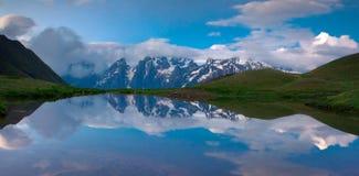 Reflexionen av de enorma bergen i sjön Royaltyfri Bild