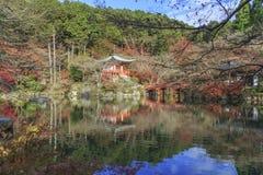 Reflexionen av den Bentendo korridoren över dammet av den japanska buddismtemplet namngav den Daigo-Ji templet i Autumn Season, K fotografering för bildbyråer
