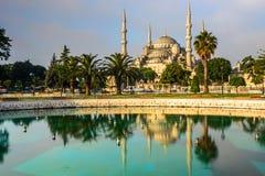 Reflexionen av den blåa moskén (den Sultanahmet moskén) Arkivfoto