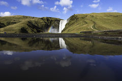 Reflexionen av den Skogafoss vattenfallet i söderna av Icelan Royaltyfri Bild