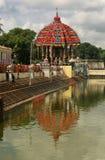 Reflexionen av den stora tempelbilen av Thiruvarur i den stora tempelpölen arkivbild