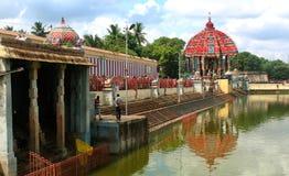 Reflexionen av den stora tempelbilen av Thiruvarur i den stora tempelpölen arkivfoto