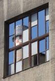 Reflexionen av det industriella tornet i fönster förser med rutor Royaltyfri Bild