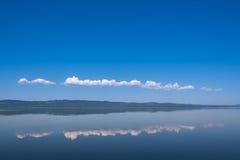 Reflexionen av himlen på sjön Fotografering för Bildbyråer