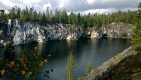 Reflexionen av marmorkanjonen i den härliga fridfulla sjön Royaltyfri Foto