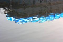 Reflexionen av skeppet i vattnet Härlig blåttkrusning Arkivbild