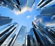 Reflexionen av skyskrapor i Windows av hus som bakgrunden är en 3D, framför illustrationen Royaltyfri Fotografi