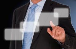 Affärsmannen fingrar på handlag avskärmer.   Royaltyfri Bild