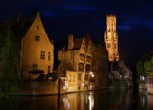 Reflexionen Bruges in den Kanälen Stockfotos