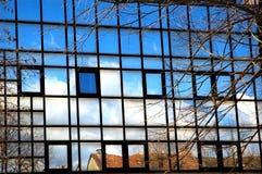 Reflexionen in den blauen Fenstern Stockbilder