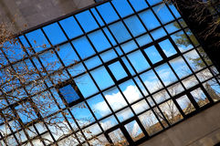 Reflexionen in den blauen Fenstern Lizenzfreie Stockfotografie