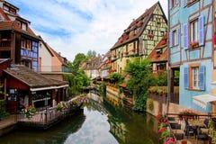 Reflexionen in den schönen Kanälen von Colmar, Elsass, Frankreich stockbild