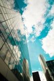 Reflexionen in den Wolkenkratzern Stockfotos