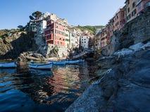 Reflexionen in der blauen Bucht von Riomaggiore, Italien Lizenzfreie Stockbilder