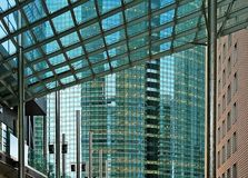 Reflexionen der Gebäude (Tokyo Japan) Stockfotografie