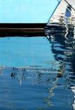 Reflexionen der Maste eines Segelboots lizenzfreie stockfotos