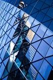 Reflexionen der Stadt in den Fenstern des Geschäfts London errichtend lizenzfreie stockbilder