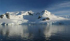 Reflexionen des Berges mit Gletschern Lizenzfreies Stockbild