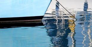 Reflexionen des Bugs eines Segelboots Lizenzfreie Stockfotografie