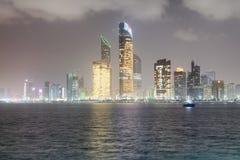 Reflexionen des Corniche-Straßenbaus nachts, wie ab März gesehen Stockfotografie