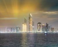 Reflexionen des Corniche-Straßenbaus nachts, wie ab März gesehen Lizenzfreies Stockfoto
