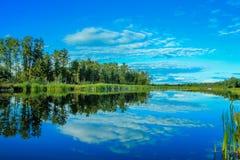 Reflexionen des Himmels in den Engen Stockfoto