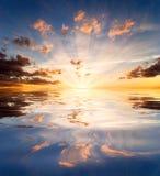 Reflexionen des Sonnenuntergangs im Seewasser Stockfoto