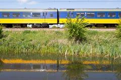 Reflexionen des Zugs im Wasser in Hoogeveen, die Niederlande Lizenzfreie Stockbilder