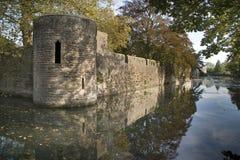Reflexionen in einem Burggraben Stockfotos