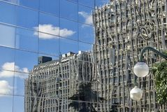 REFLEXIONEN IN EINEM GEBÄUDE DES AZCA-FINANZbereichs IN MADRID stockbilder