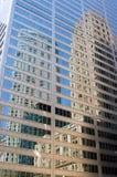 Reflexionen in einem Geschäftsgebäude Stockfoto