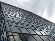 Reflexionen in einem Glasgebäude Stockfoto