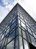 Reflexionen in einem Glasgebäude Stockfotos