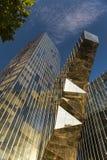 Reflexionen in einem modernen Glasgebäude Stockbild